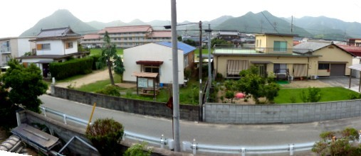 2階から見た北側外部の光景。正面左が和気教会