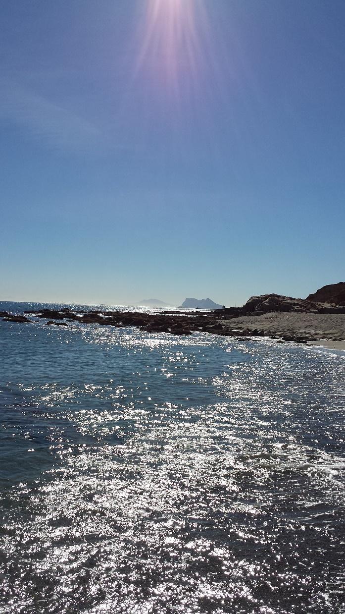 Genau, der Felsen im Dunst ist Gibraltar..und dahinter sieht man schon die Küste von Afrika!!