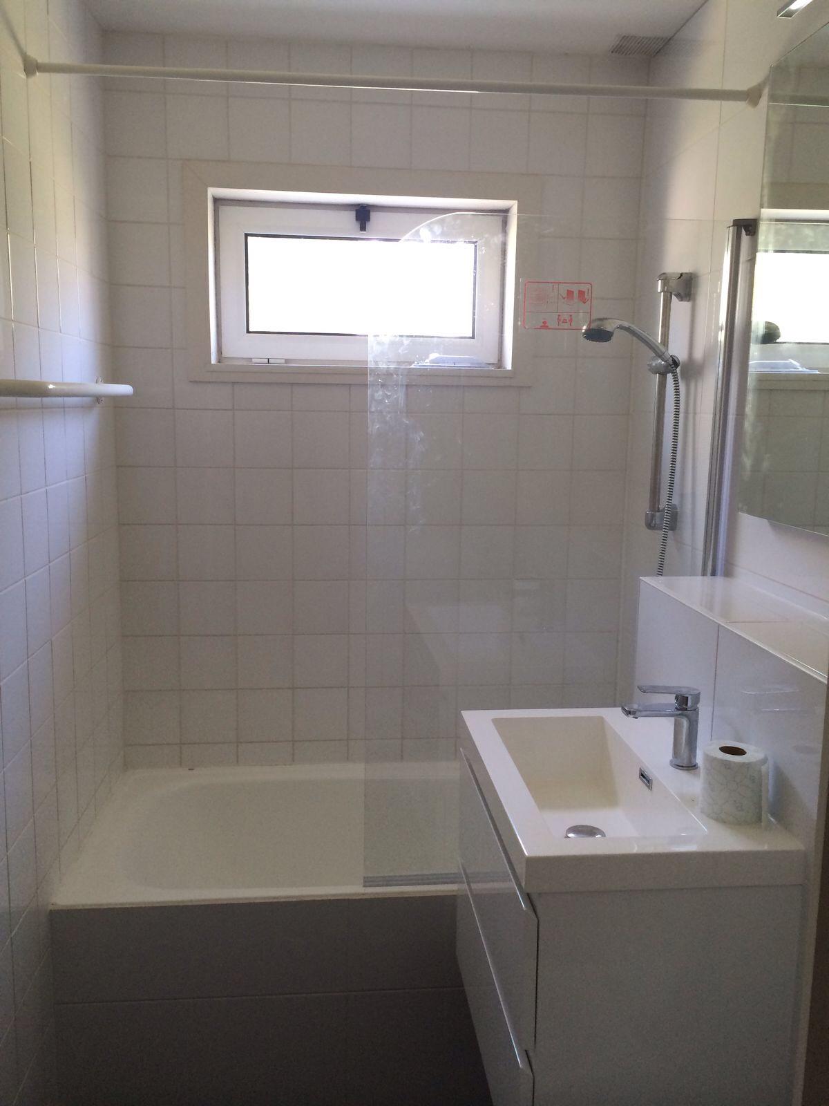 Badkamer 2 met bad en toilet