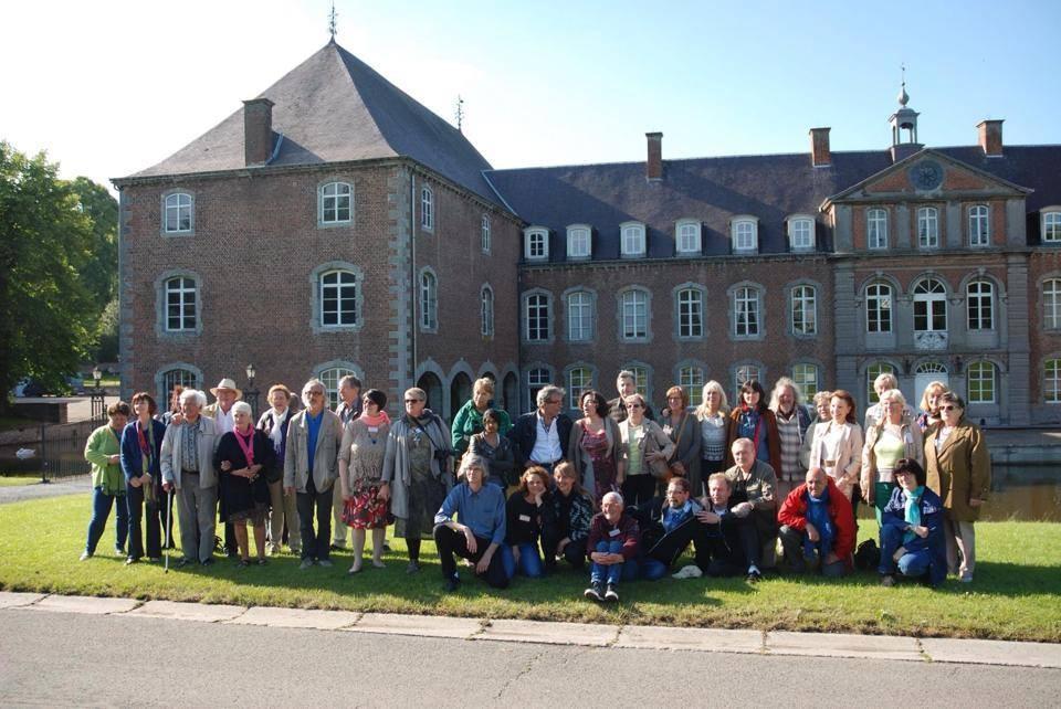 Photo de groupe pour clôturer l'Exposition devant le château de Franc-Warêt - Belgique
