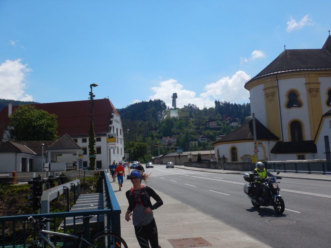 """Innsbruck Alpine - Innsbruck im Hintergrund die """"Sprungschanze"""""""
