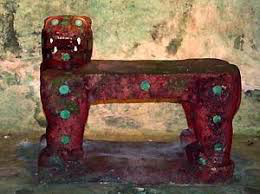 This jaguar throne was found in Chichen Itzá. The king would use this seat in order to gain jaguarforces. The throne is covered with jade stones and the eyes are made of malachite! Even kings needed duality to obtain unity.