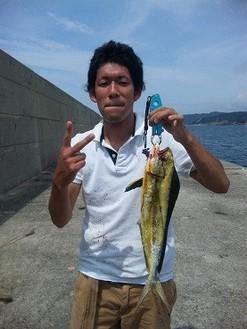 魚が釣れて嬉しそうなタケトラ-彼女の一本釣りも見てみたいものだ