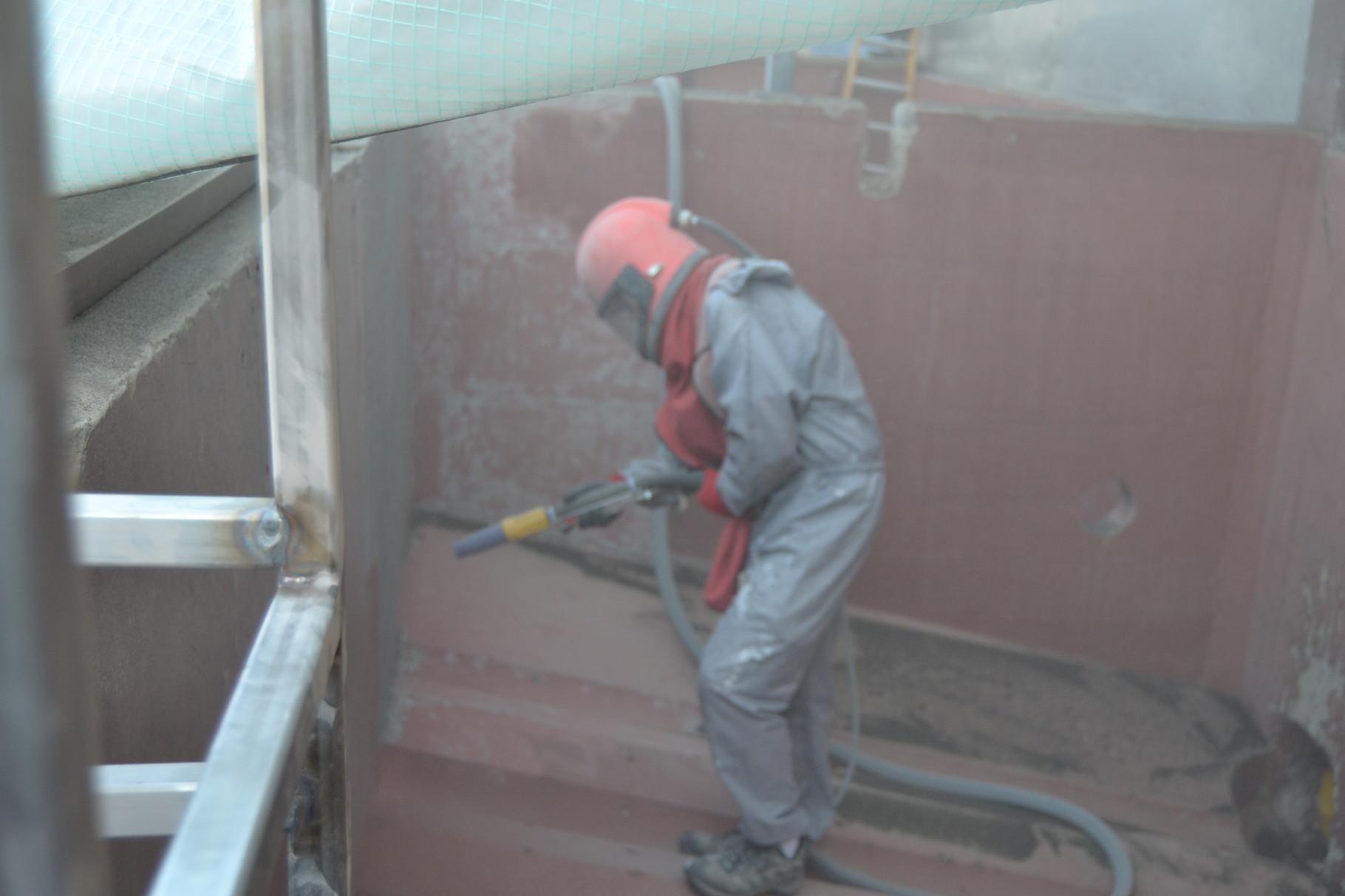 Sandstrahlarbeiten von Betonsilos in der Lebensmittelindustrie mit anschliessender Beschichtung.