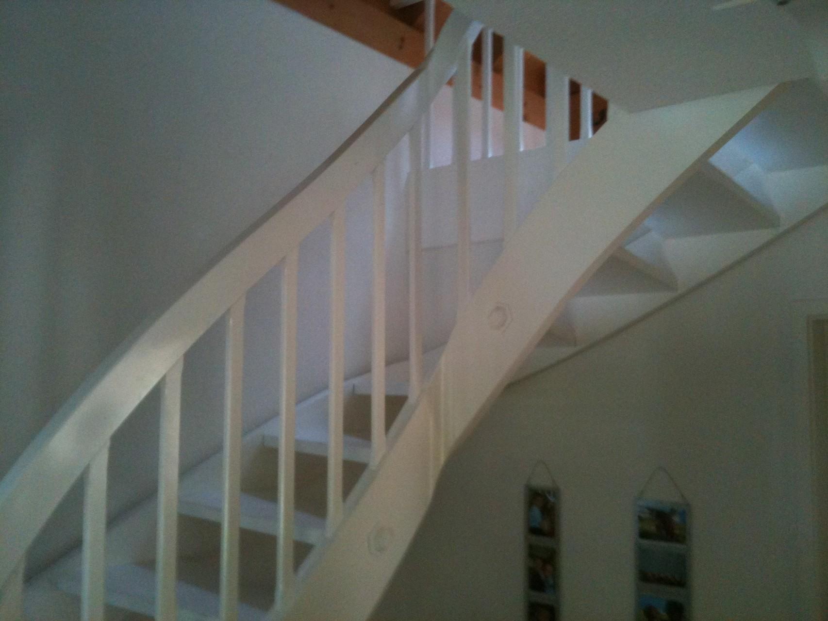 Die Treppe aus Holz war alt und unschön, durch schleifen und einen neuen Anstrich erscheint sie in neuem Glanz.