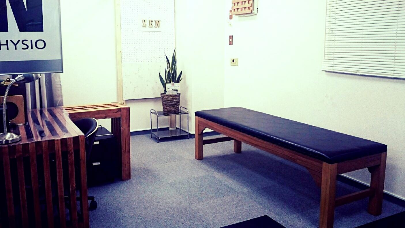 施術は国産木材の安定したベッドで