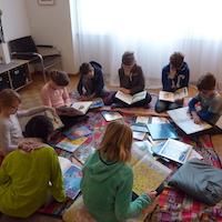 Kinder im Kreis sitzend beim Malen