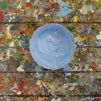 Ein Behälter mit Farbe von oben
