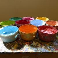 Mehrere Behälter mit Farben