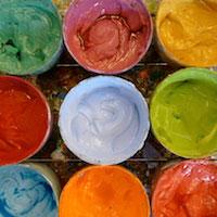 Mehrere Behälter mit Farben von oben