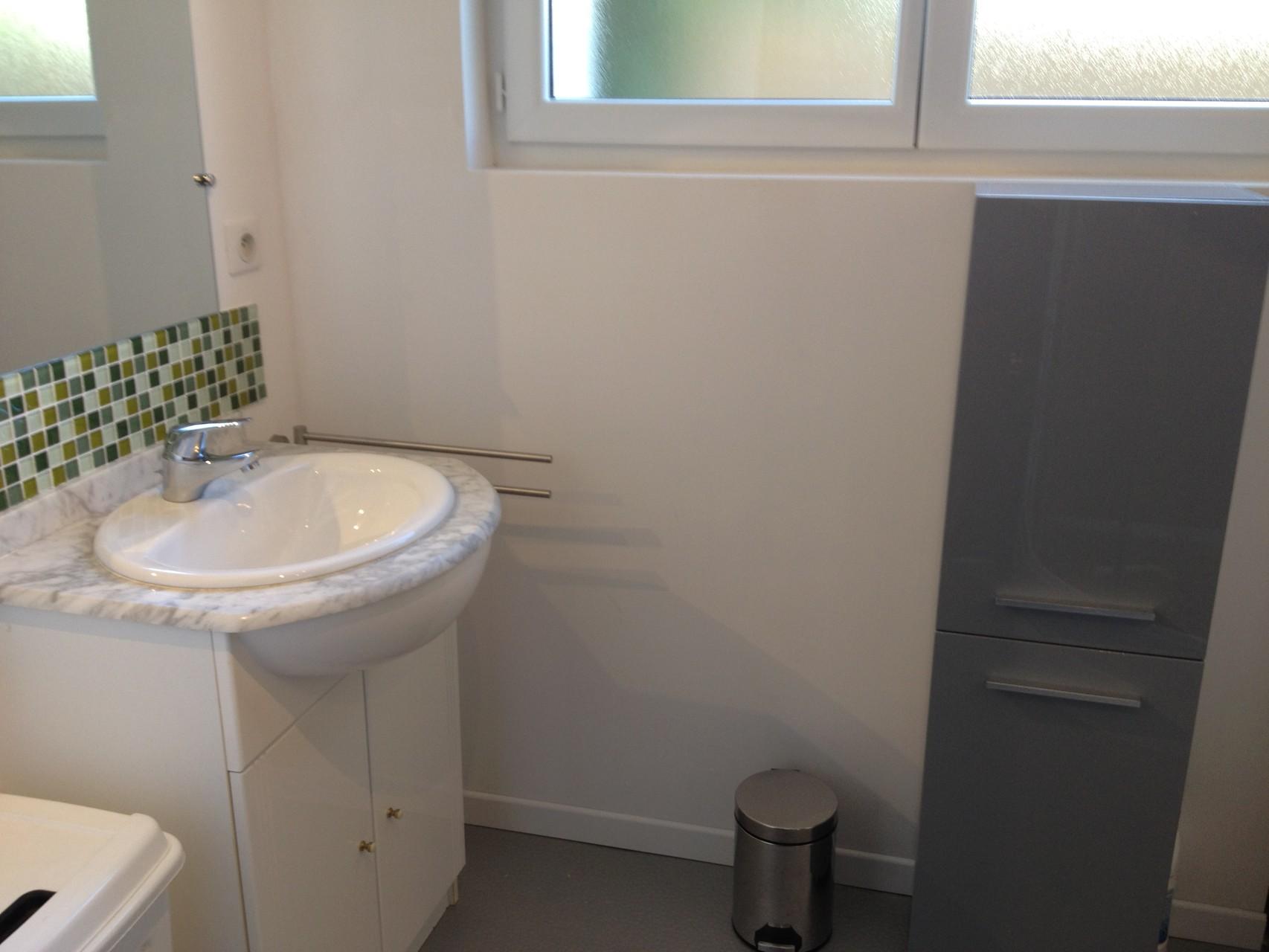 Salle de bains type avec douche