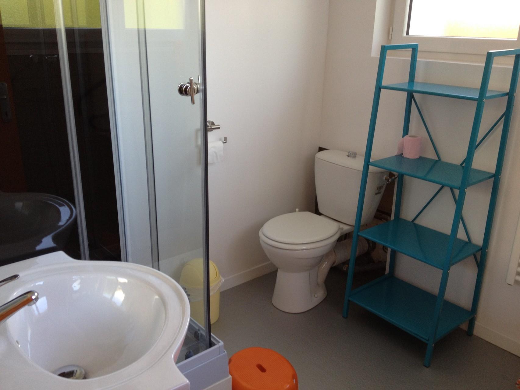 Salle de bains avec douche du studio
