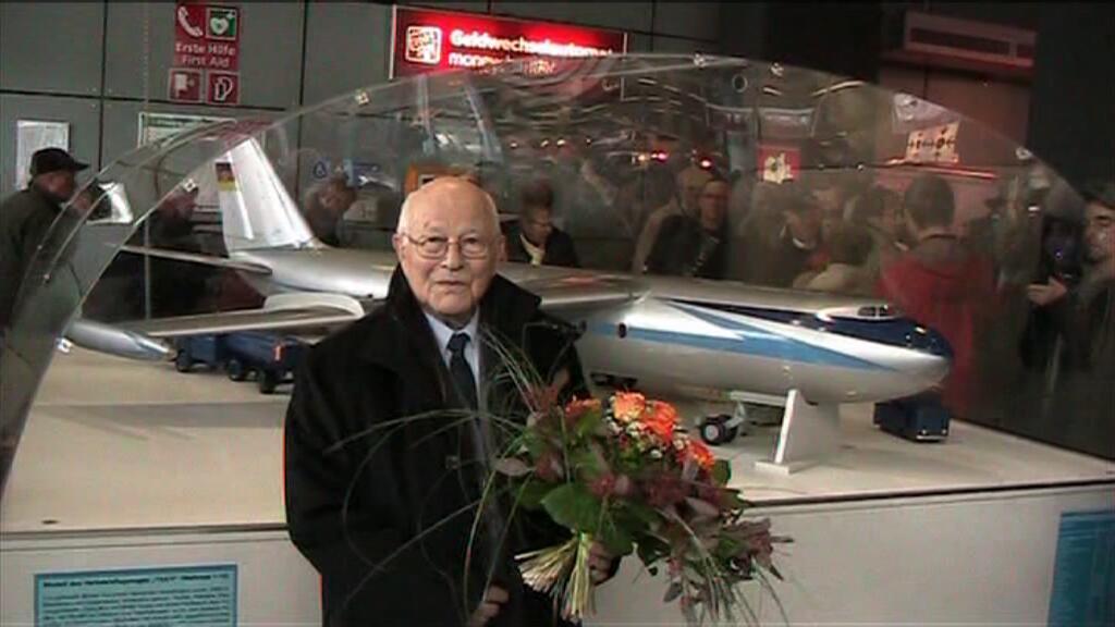 Gerhard Güttel vor dem Messemodell der 152