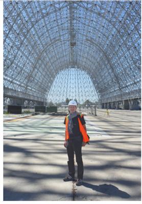 //Der Verfasser während der Begehung von Hangar One in Sunnyvale, Kalifornien Foto Glenn E. Bugos, NASA Ames History Office, 18. Juni 2015 / Foto: privat //