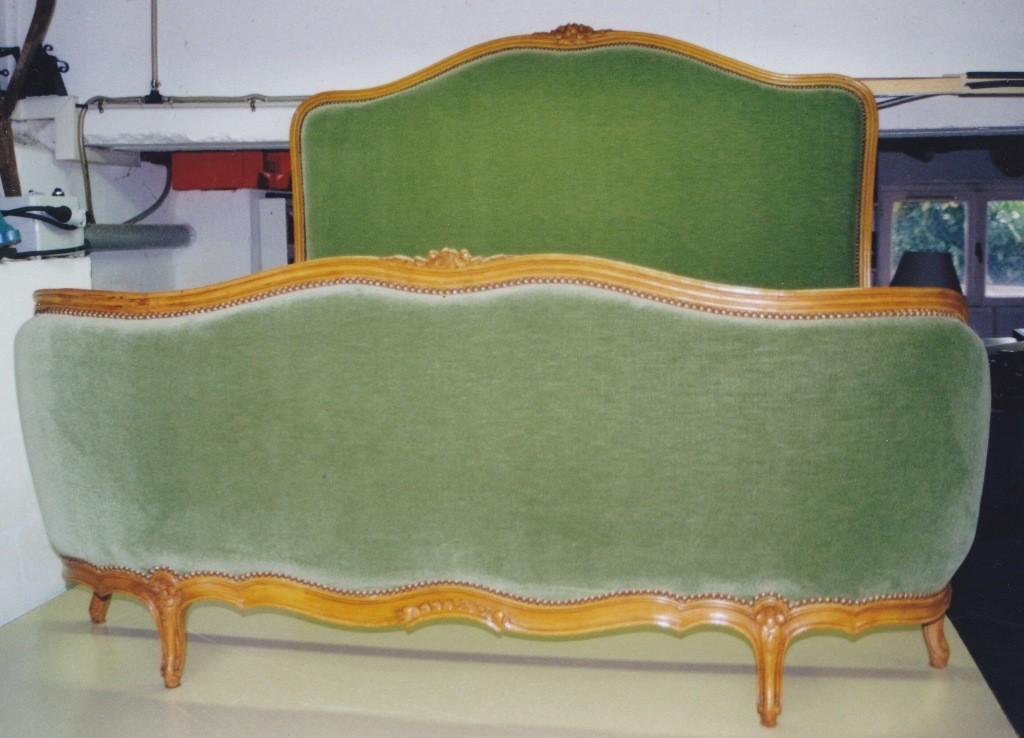 Tête de lit tissu velours et clous Renaissance
