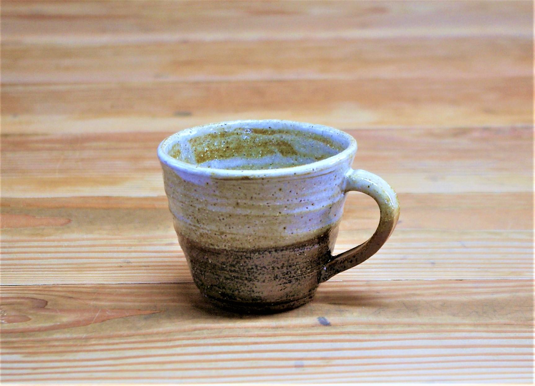 マグカップ  施釉:内側に白マット、外側に薄い黄瀬戸