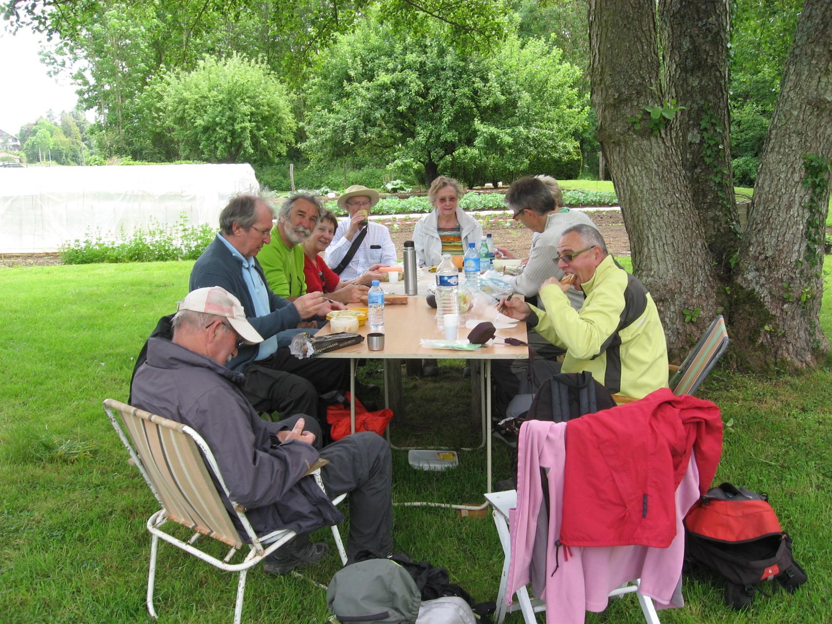 stop repas au bord du Grand Morin chez Mireille la locale de l'étape