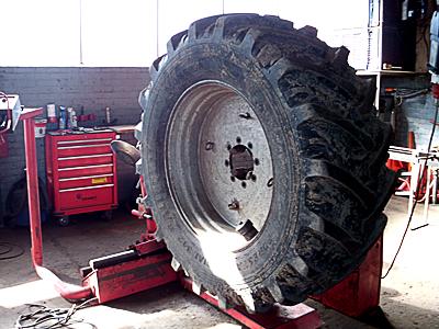 Wechseln von Landmaschinen Reifen in Lüdinghausen bei A. Falke