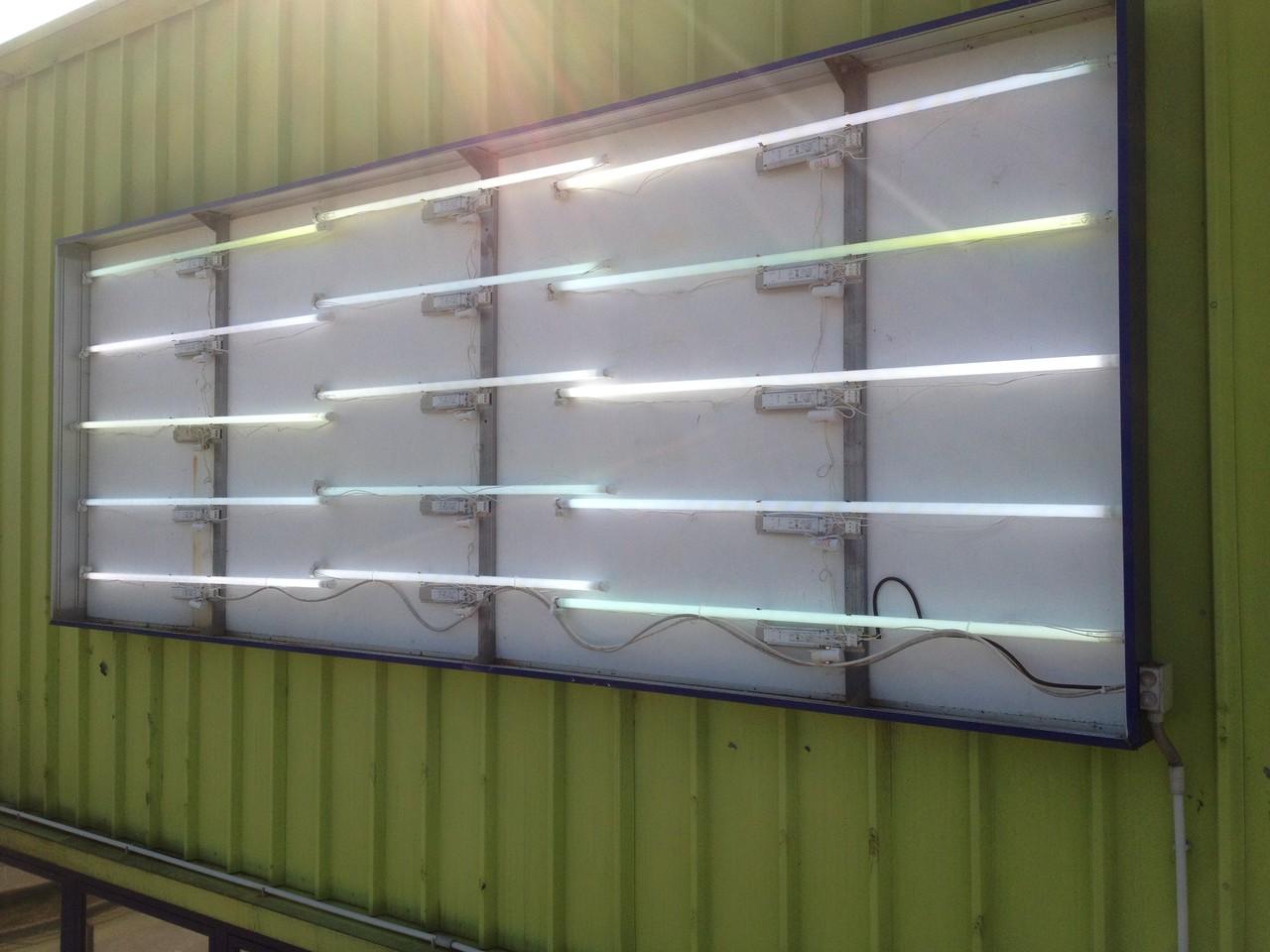 Lampade al neon nuove bancali di elettrodomestici archivio