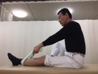 足首の方から ひざの方タオルを引きます