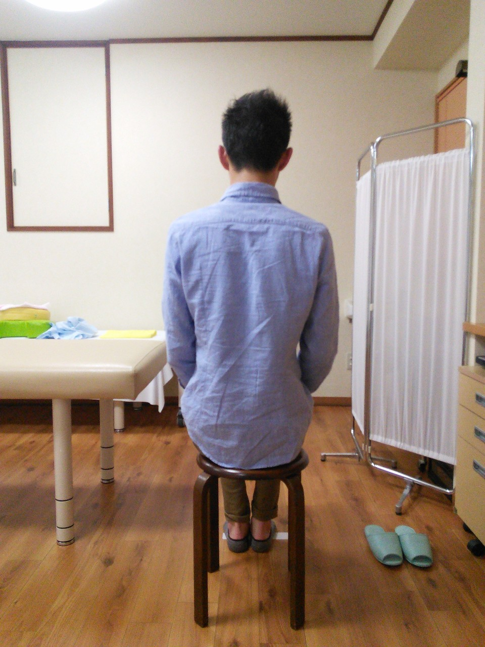 腰痛改善の施術後イスに座る