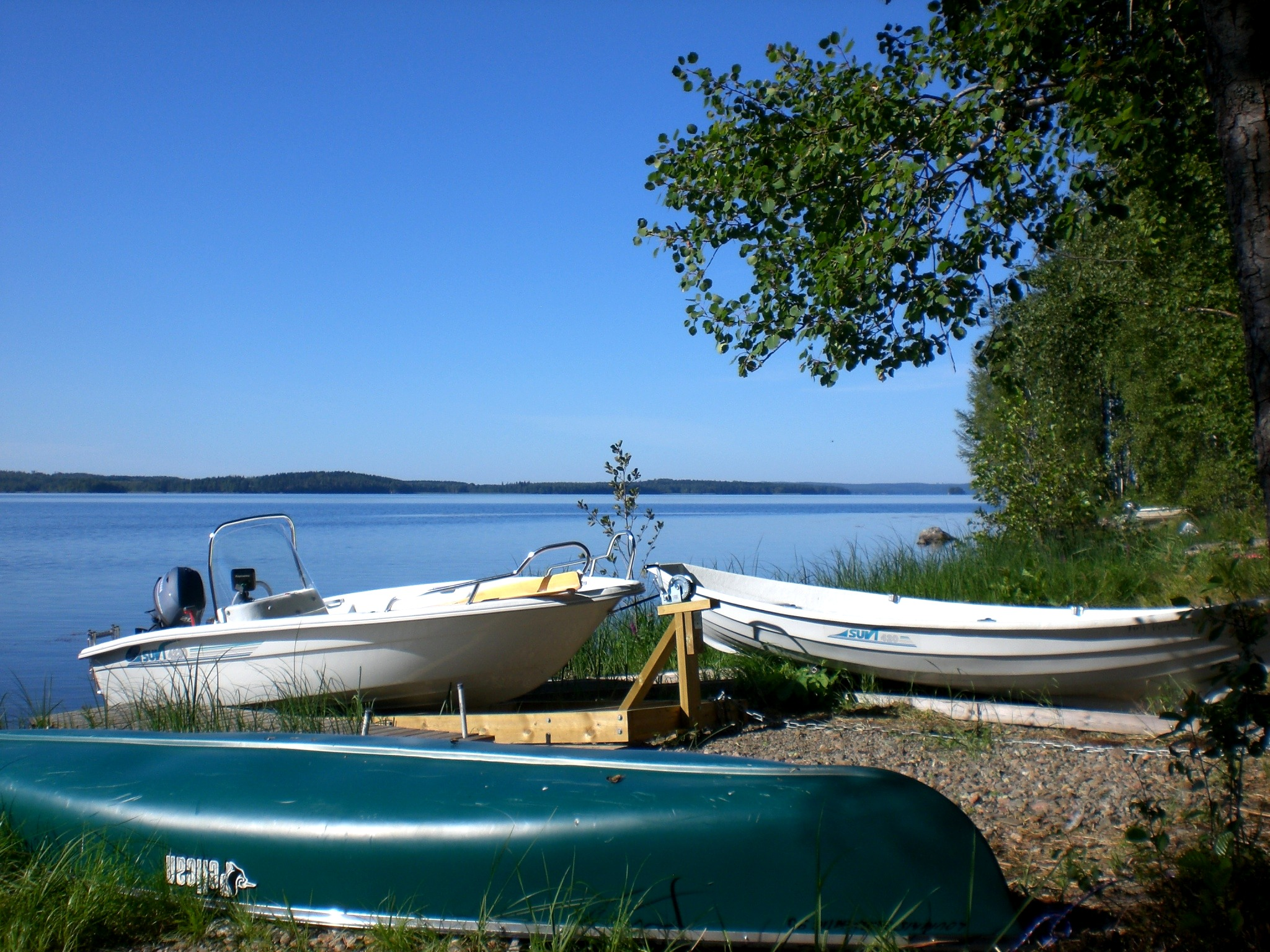 Motor boat 20 HP (Lake-GPS and fishfinder). Canoe.  Row boat.  All 3 boats included directly at the lake, 50 m from house