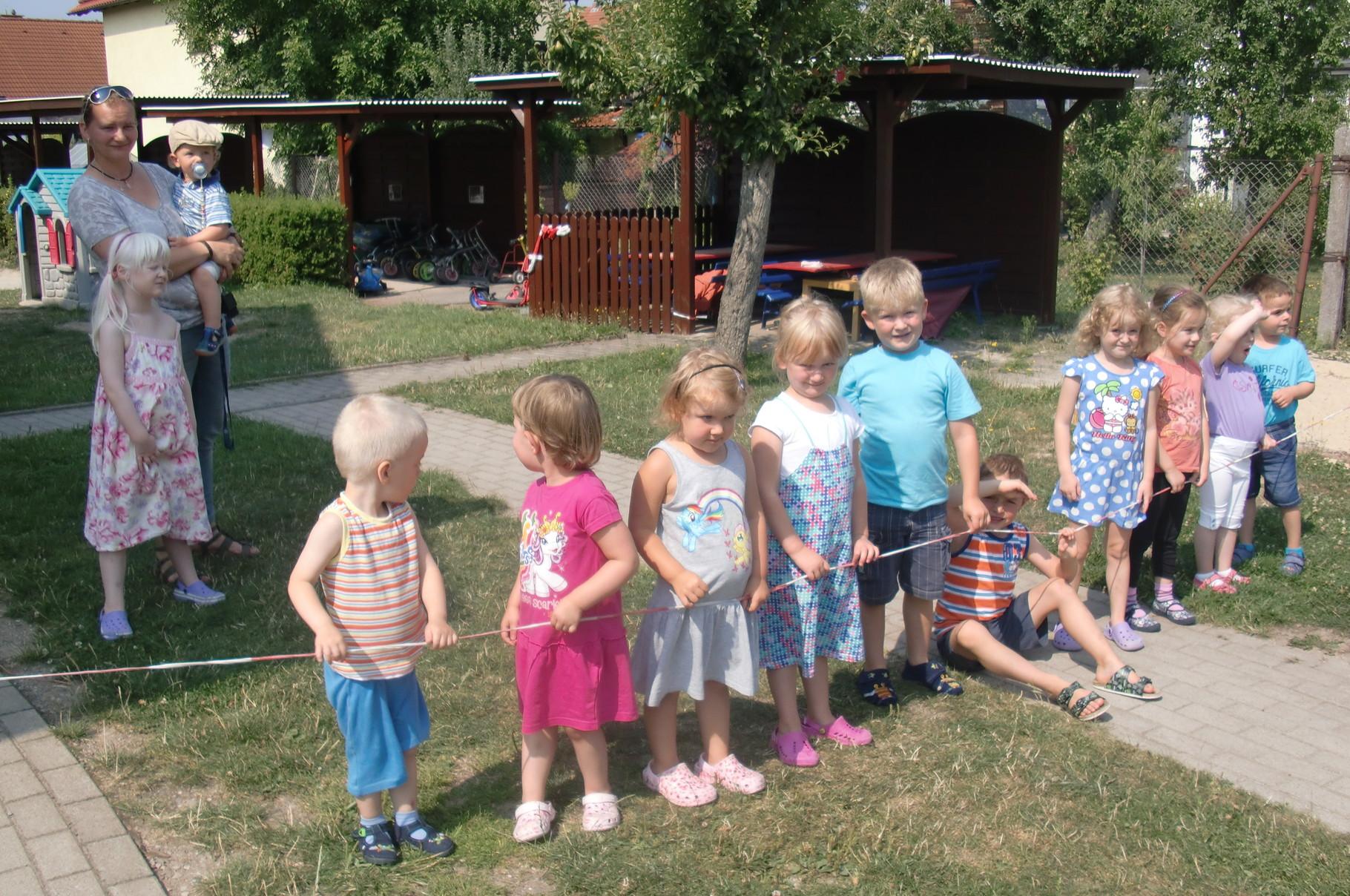 Unter den wachsamen Augen der Kinder findet der Abriss des alten Spielgerätes statt.
