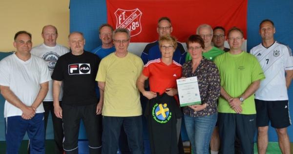 Auf dem Bild: Sabine Ihnen (m. T-Shirt), Insa Bornhuse (m. Urkunde) und Kursteilnehmer