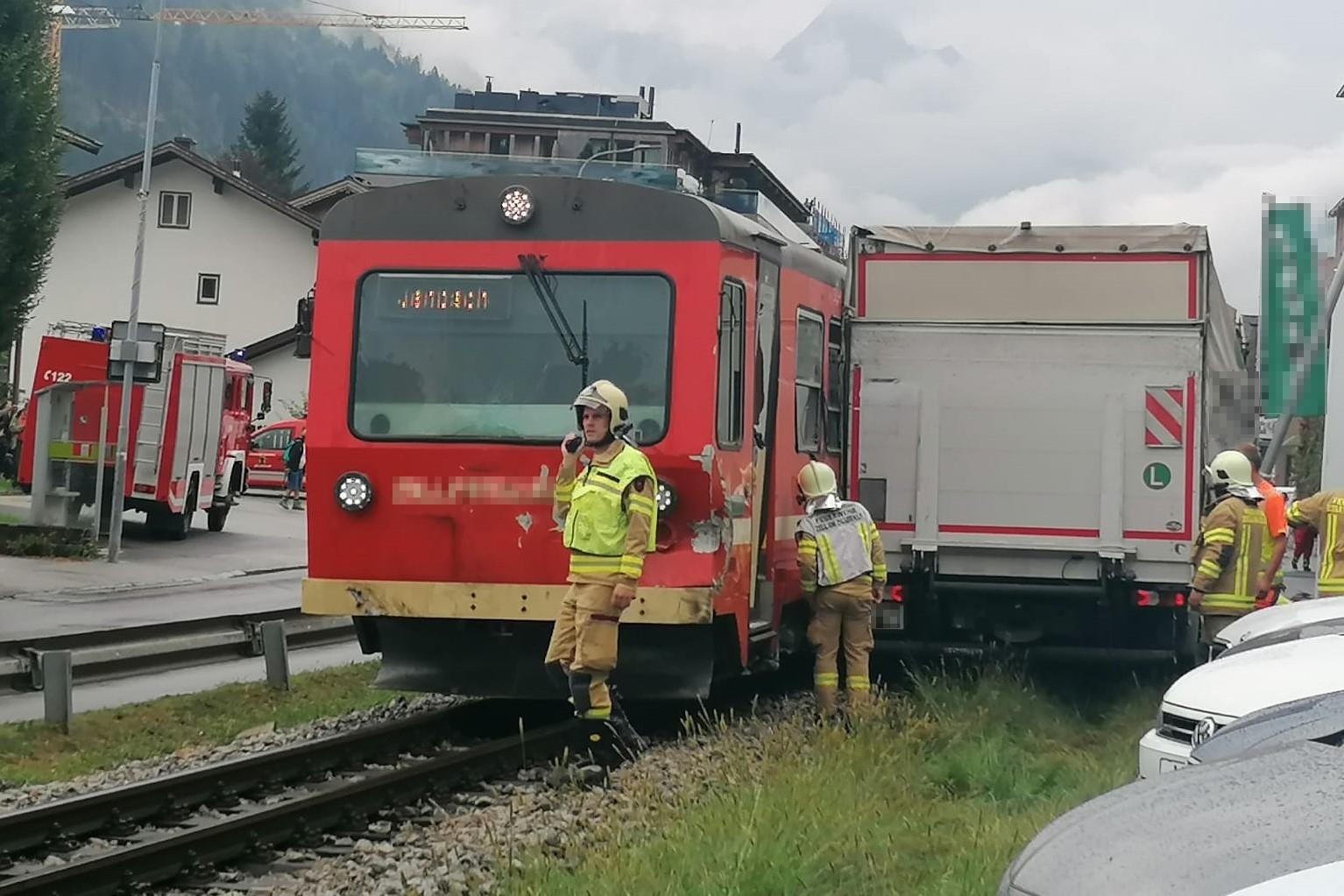 Schwerer Verkehrsunfall - Zillertalbahn gegen LKW