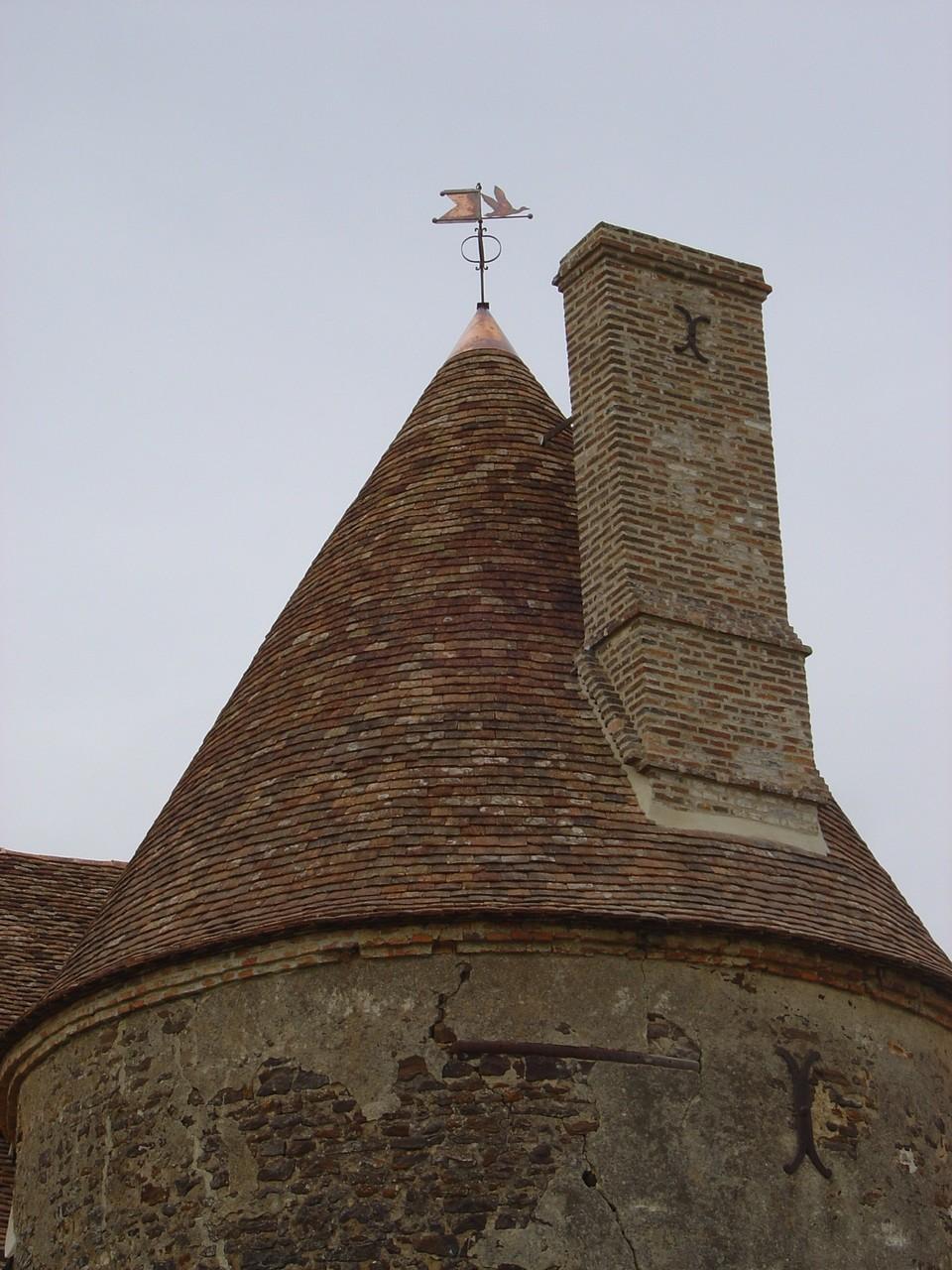 Restauration d'une tour en vieilles tuiles plates - Chestier