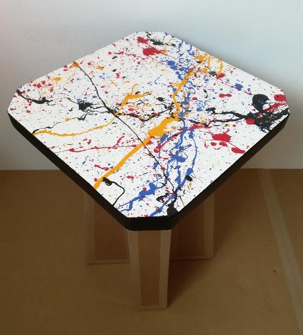 Tabouret en carton, décor Action Painting