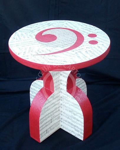 Petite table en carton, décor partition de musique