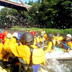 10人乗りのラフティングボートで水かけバトル♪
