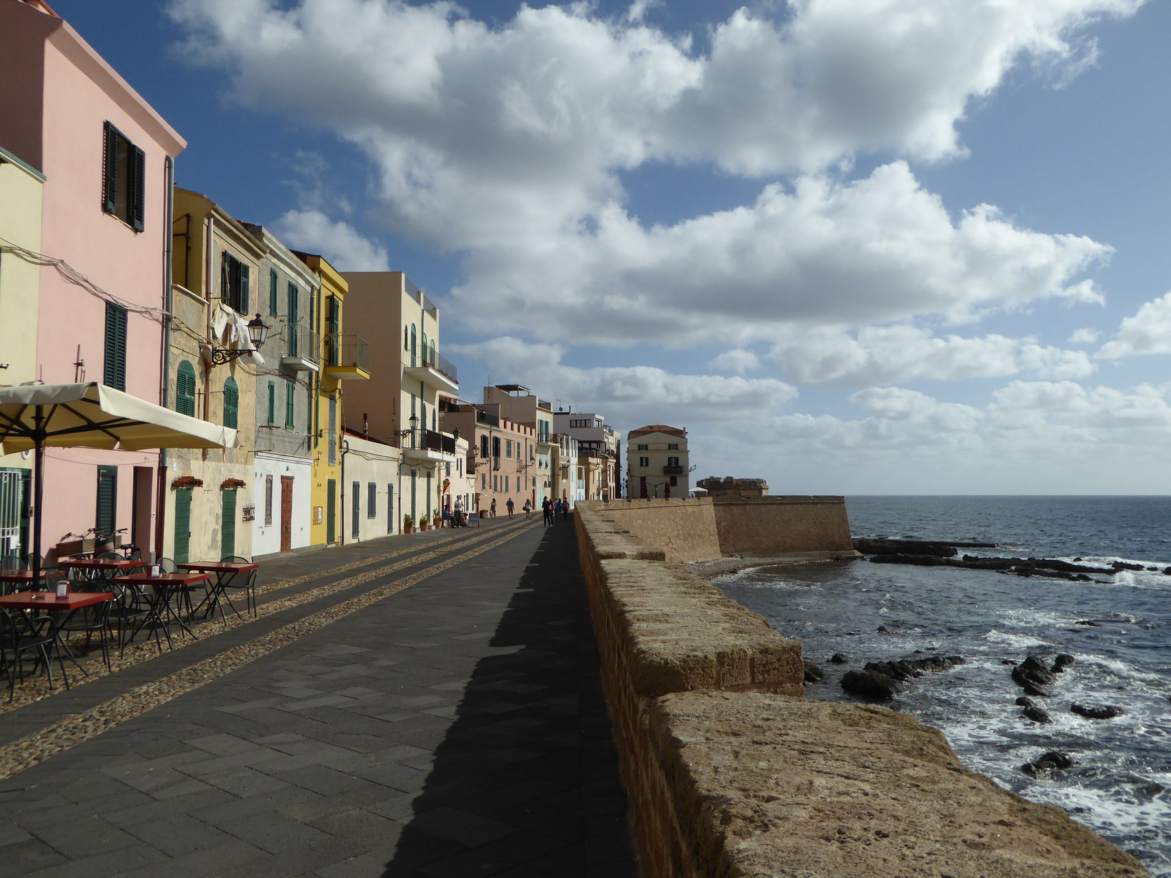 In der Stadt des Lichts: entspanntes Flanieren auf der Stadtmauer Algheros.