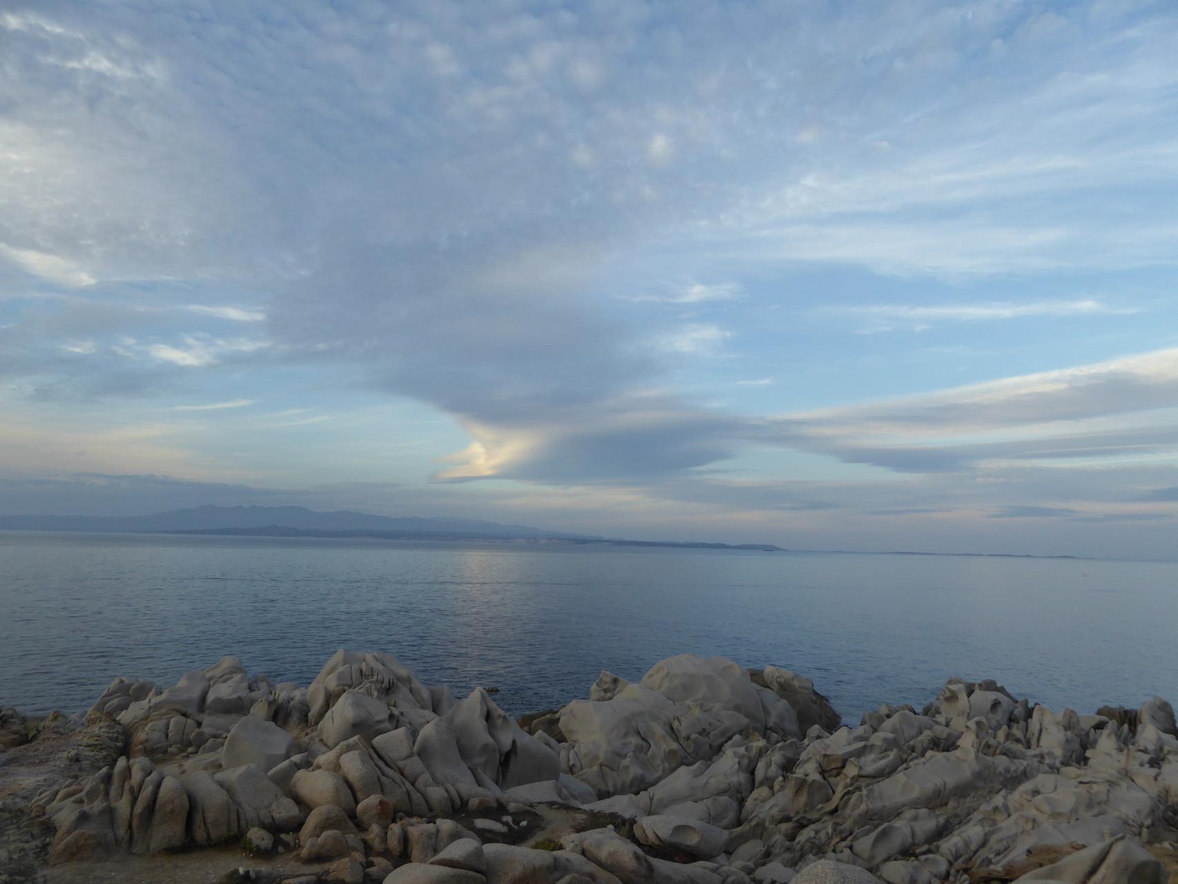 In der romantischen Abendstimmung am Capo Testa taucht Konkurrenz am Horizont auf... In der Ferne kann man Korsika erahnen.