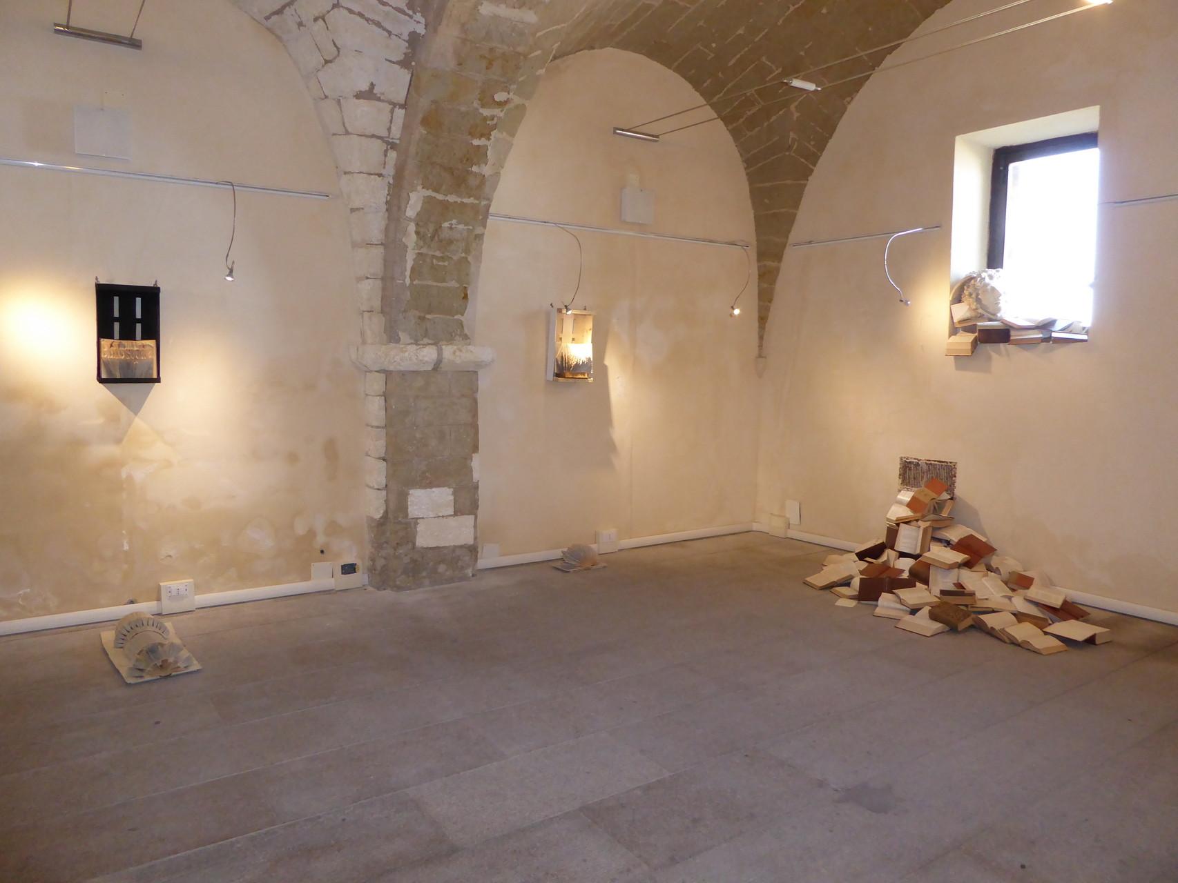 Und in diesen Burgen wird man plötzlich von einer modernen Kunstausstellung überrascht (Castelsardo).