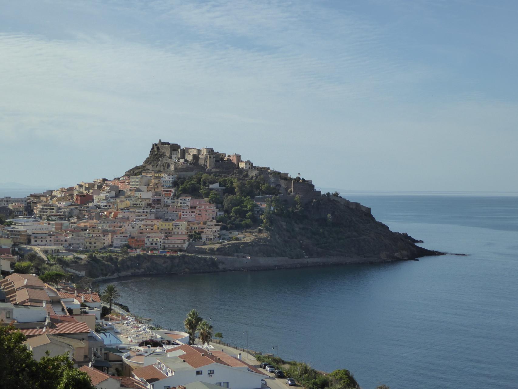 Es gibt Städte auf Hügeln überm Meer, mit Burgen und bunten Häuschen und großartigem Gelato. Wie zum Beispiel hier in Castelsardo.