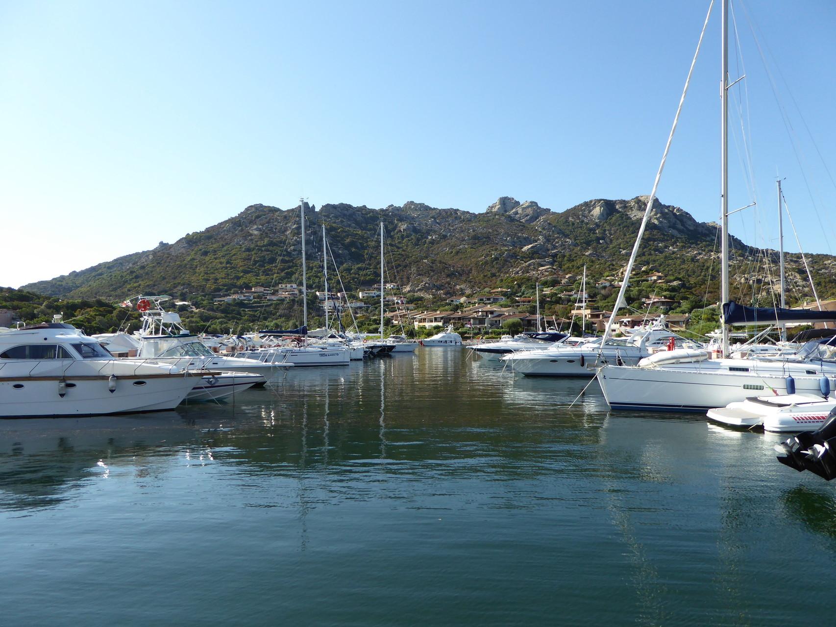 Idylle und entspannte Ruhe am Yachthafen in Porto Cervo - die Vorteile der Nachsaison.