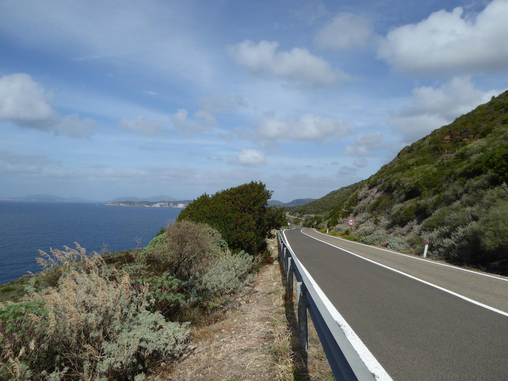 Immer am Meer entlang auf der grandiosen Küstenstraße von Bosa nach Alghero. Und schon wieder ein Nachsaison-Vorteil: selbst die Küstenstraßen sind schön leer.