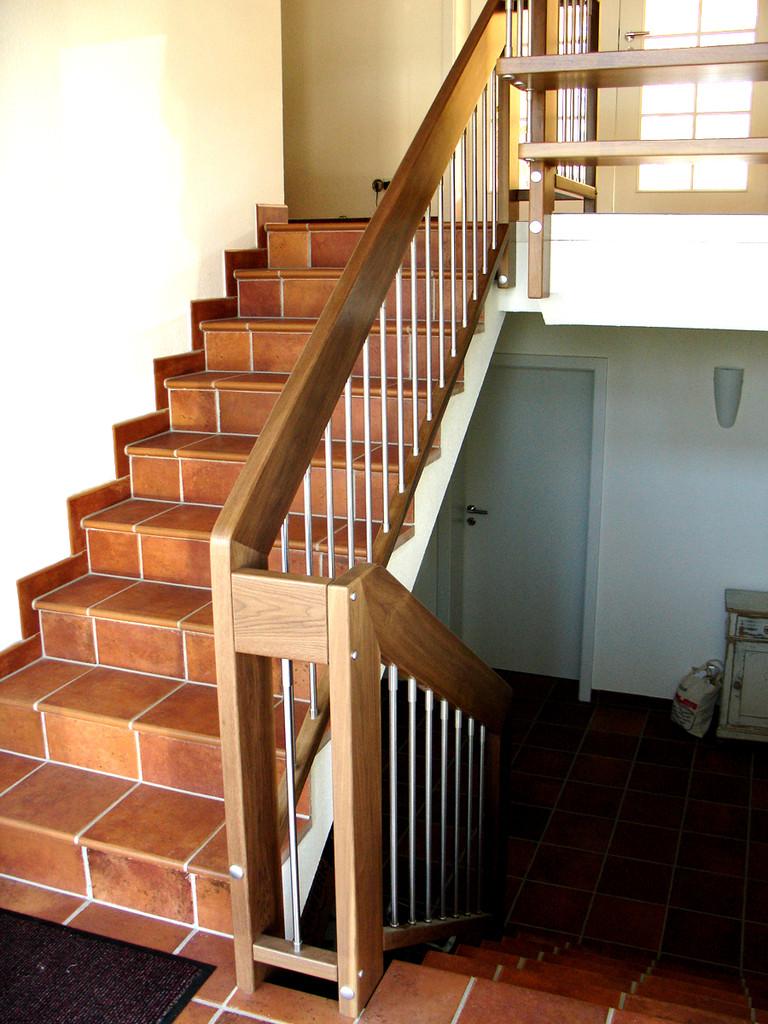 Holzgeländer mit Stäben aus Stahl für Ihre Steintreppe