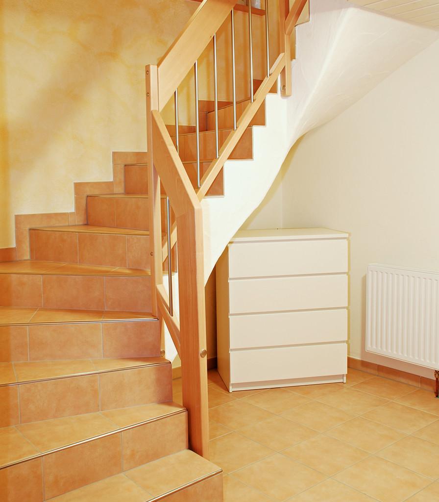 Geländer aus Holz mit Metallstäben für Ihre Steintreppe