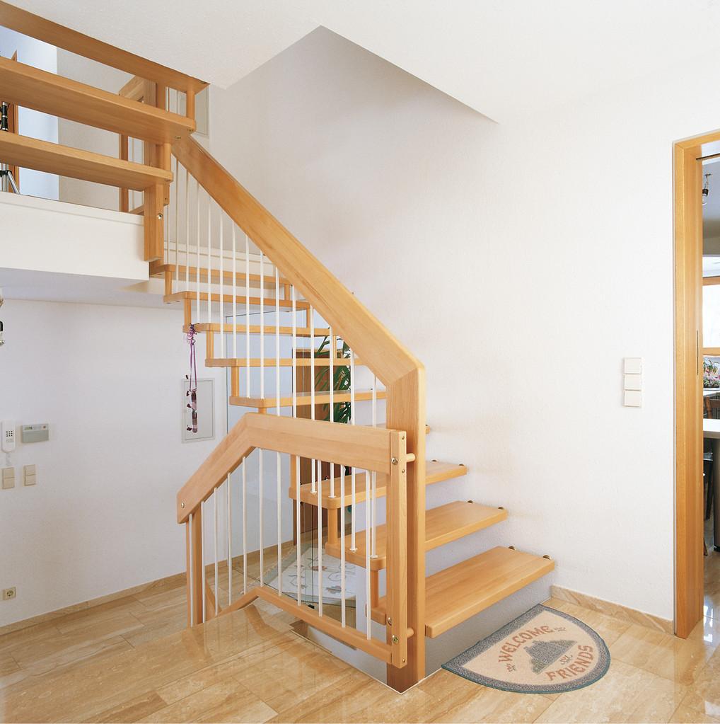 Holzgeländer mit Stahlstäben für Ihre Steintreppe
