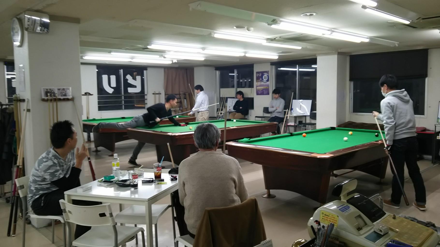 こちらも観覧風景です。辻野さん、いつもの席にすわり、真剣に試合している人たちにチャチャ入れてます。