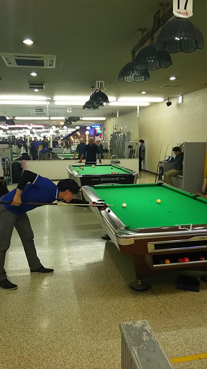 試合でめっちゃ良い玉つきしている竹原さん。ただ、ゲームボール(入れたら勝ちのボール)を会場中響く位のキューミスしてしまい、敗退。