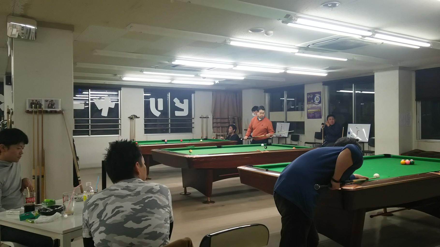 試合風景です。後ろ姿で見ている迷彩柄の服の方は前回優勝者の藤本さん!