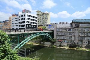 飯坂温泉駅前と十綱橋