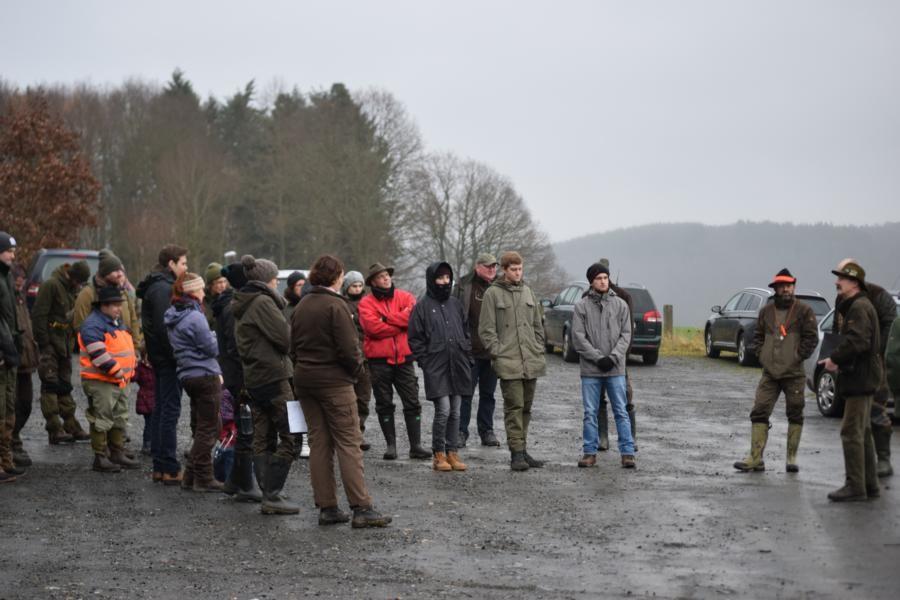 """Begrüßung und Einteilung der """"Notrichtergruppen"""" am Parkplatz Keltentor"""