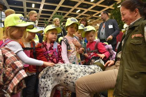 Dass gut ausgebildete Hunde bei der Jagd unverzichtbar sind, wissen Hundetrainierin Alexandra Weibrecht und die Mitarbeiter des Jagdgebrauchshundverbandes (JGHV). Quelle: Kapuhs/DJV