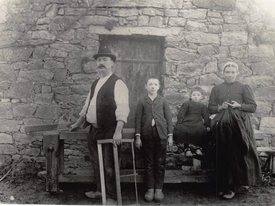 M. Cheneau, charpentier de Valais, avec sa femme et ses deux fils, en 1900.