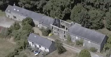 Ancienne maison de cadet (en ruine, sur la photo)